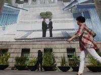 """第三次""""文金會""""將舉行 首爾市政廳掛巨幅韓朝領導人握手海報"""
