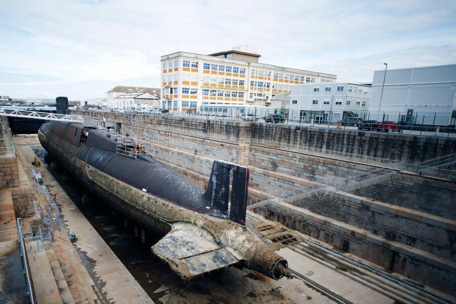 """9月14日,法国瑟堡-奥克特维尔,法国海军集团(NG)CEO 埃尔韦·吉尤主持了法国海军""""可畏""""级弹道导弹核潜艇""""霹雳""""号的拆解仪式。(图片来源:法新社)"""