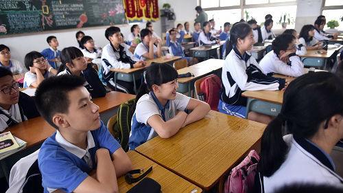 """英媒:中国村镇学校空心化 城市公立学校""""人满为患"""""""
