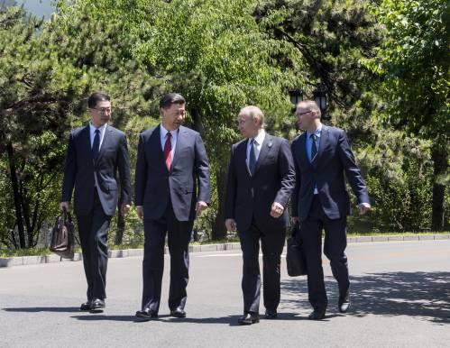 锐参考 | 中国领导人和他们一起散步,传递了怎样的政治信号?