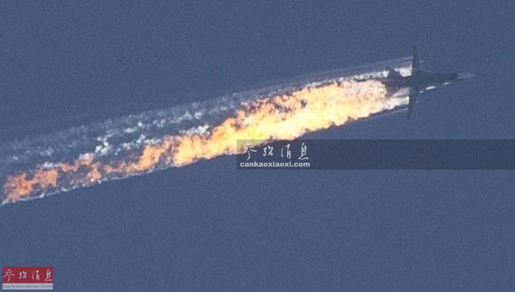 """(1)苏-24M""""击剑手""""战斗轰炸机。2018-10-16,俄军一架苏-24M战机在土叙边境附近被土耳其空军F-16战机击落,一名飞行员被救回,另一名飞行员死亡。图为当时地面人员拍摄的苏-24M战机被导弹击中后,燃起大火,机体即将解体的资料照片。"""