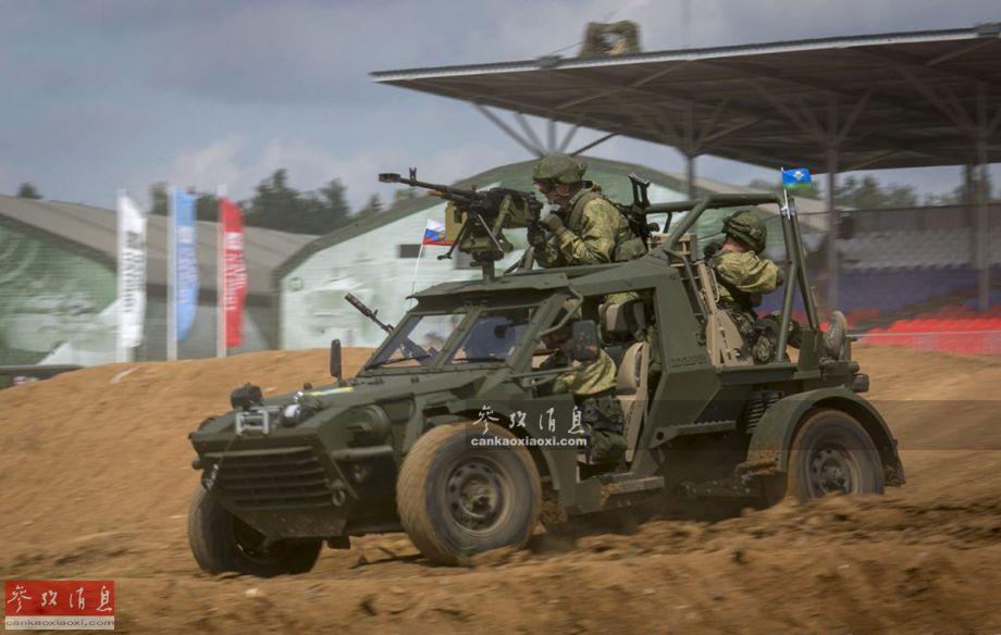 """""""中队""""特种突击车战斗全重仅3.5吨,最大有效载荷1.5吨。特种运输型包括驾驶员在内可搭载4名乘员。图为早期公开的特种运输型""""中队""""突击车,采用开放式舱室设计,可搭载4名乘员,配备一挺12.7毫米重机枪。"""