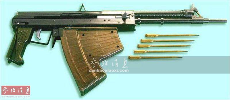 APS水下步枪采用导气式操作自动原理,全枪长840毫米(折叠枪托展开时),战斗全重3.9千克,配备26发专用弹匣,可以选择全自动或者半自动射击,但因专用弹药外形细长,必须避免供弹时同时推两发甚至三发弹进膛,通常只能进行半自动射击,火力持续性有限。图为APS水下步枪与MPS箭形弹合影。