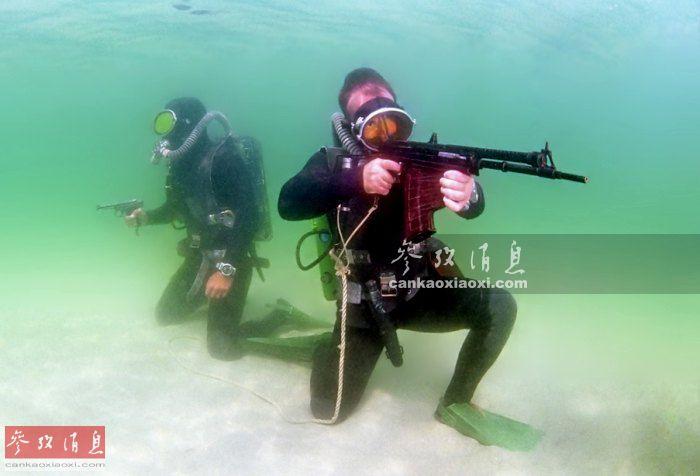 过去人们提到水下步枪,通常会先想到俄罗斯(苏联)的APS水下突击步枪。该型枪由AK系列突击步枪改进而来,于1975年服役,最初该型枪主要装备苏联警卫蛙人部队,用于守卫苏联海军港口,防止敌军蛙人渗透。图为俄军蛙人部队手持APS水下步枪和SPP-1水下手枪在水中警戒。47
