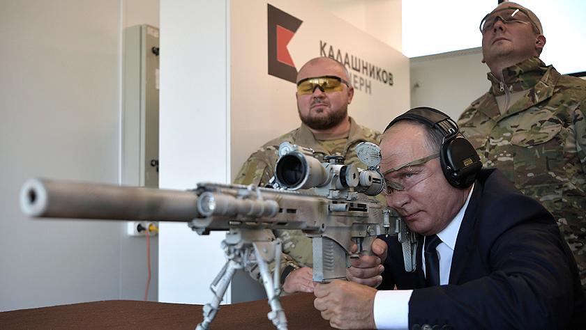 """普京体验狙击枪化身""""狙击手"""""""
