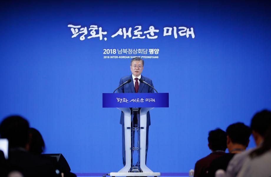 9月20日,在韩国首尔,韩国总统文在寅在新闻中心发表讲话。韩国总统文在寅20日结束对朝鲜访问返回首尔后,在新闻中心发表对国民报告时表示,美朝重启对话的条件已经成熟,希望美方能够换位思考,早日重启与朝鲜的对话。新华社记者 王婧嫱 摄50