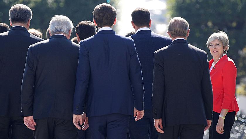 """欧盟各国领导人严厉质疑英国""""脱欧"""" 这张照片成了梅的尴尬写照"""
