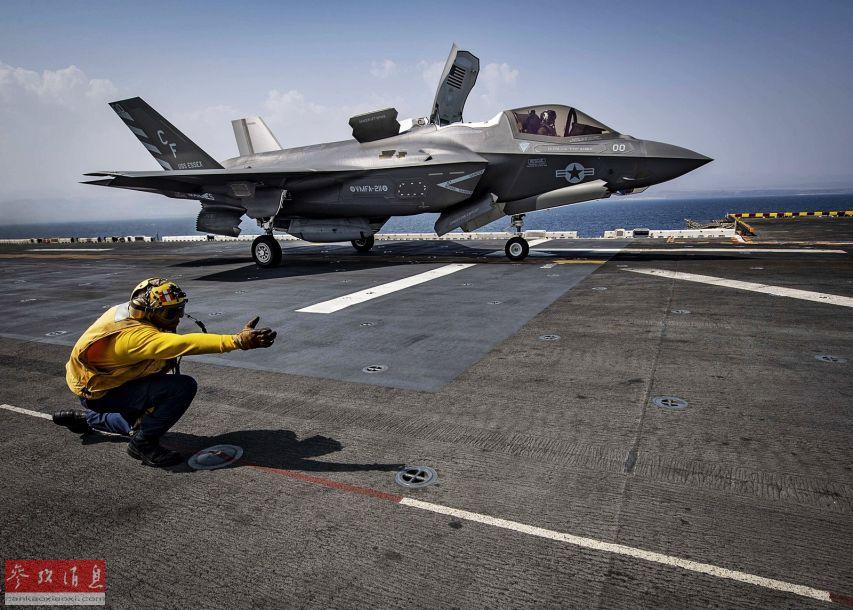 """图中这架F-35B隶属于美海军陆战队VMFA-211战斗攻击机中队,绰号""""威克岛复仇者"""",是美海军陆战队中第二支具备""""初始作战能力""""(IOC)的F-35B作战中队。机腹还挂载了专用的航炮吊舱。"""