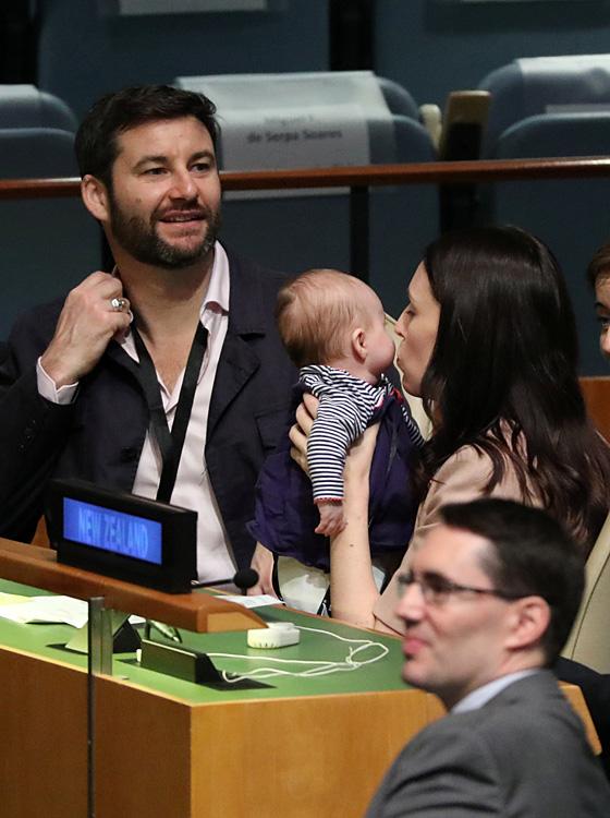 新西兰总理抱娃出席联合国大会 换尿布时惊呆日本代表
