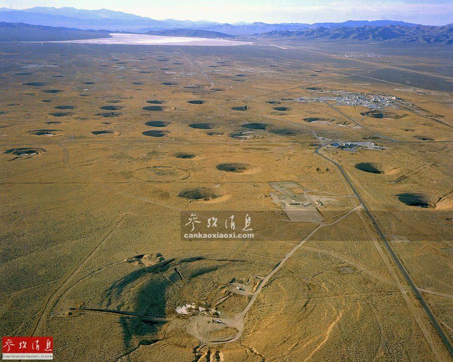 也许有人会问为什么要把核试验博物馆设在内华达州,因为美国本土最大的核试验场就位于内华达州最南端、拉斯维加斯西北约100公里的荒野上,面积约3500平方公里,于1951年设立,据统计,内华达核试验场于1951-1962年间共进行了100次大气层内核试验,至1992年共进行828次地下核试验,这张内华达核试验场航拍图可见密布的弹坑。