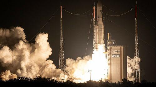 """英媒:""""阿丽亚娜-5""""火箭第100次发射成功"""