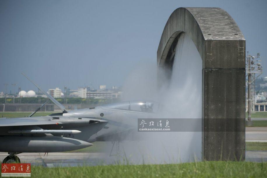 """在通过专用的""""淋浴门""""之前,F-15C还将机背减速板打开,确保机体的每个部分都得到充分冲洗。"""