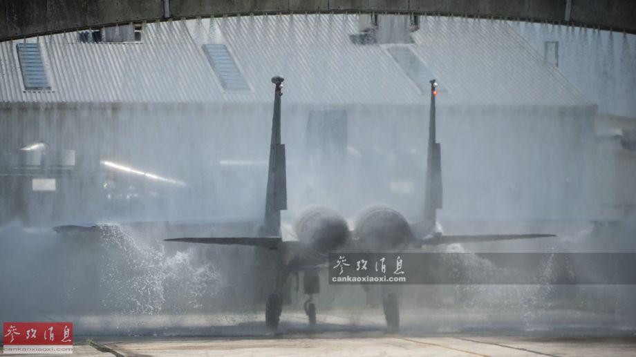 """图为通过""""淋浴门""""后的F-15C战机,颇有穿过""""水帘洞""""的节奏。"""
