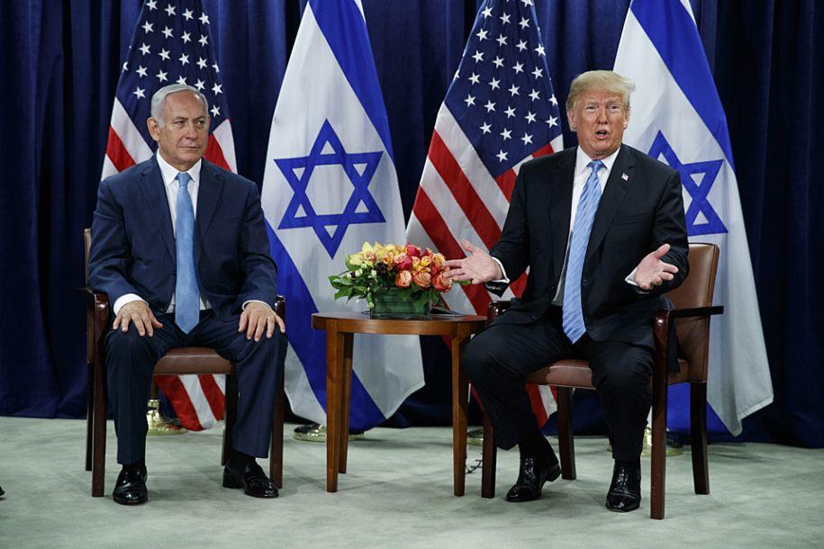 """特朗普在准备与内塔尼亚胡合影时说:""""我喜欢两国方案。我认为这是最有效的办法。这是我的感觉。现在你们可能有不同的感觉。我不这样认为。我认为,两国方案效果最好。""""新华社/美联"""