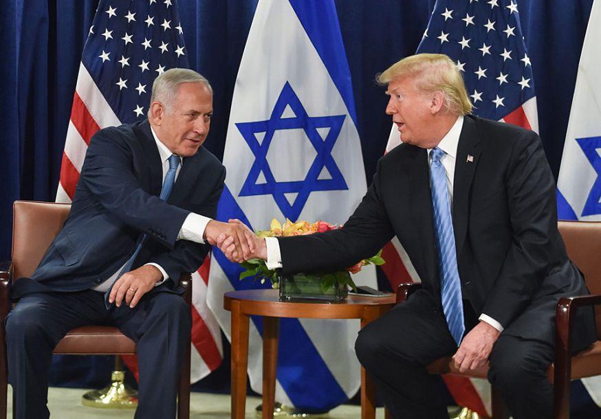 据美联社9月26日报道,美国总统特朗普当日在联合国与以色列总理内塔尼亚胡会晤时首次认可了两国方案,认为这是解决巴以冲突的最佳途径。当日,在美国纽约,美国总统特朗普会见以色列总理内塔尼亚胡。新华社/路透38