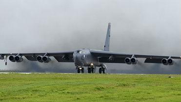 美军轰炸机飞越南海演练 中方:采取必要措施予以有力处置