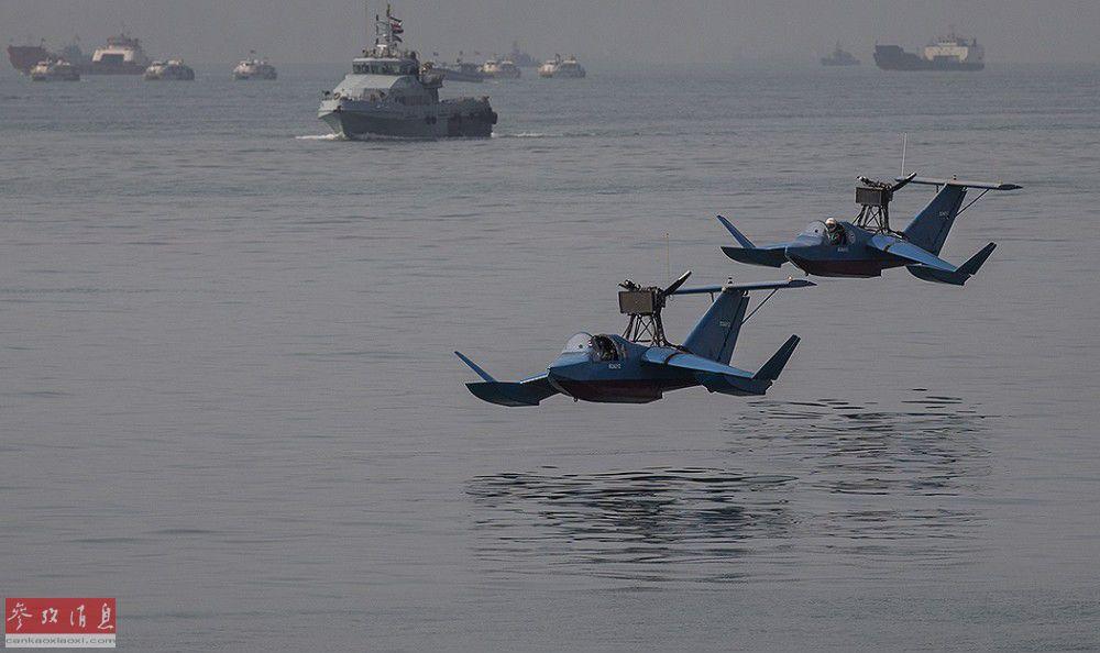 """伊朗海军""""信念-2""""轻型地效飞行器以双机编队掠海飞行。"""