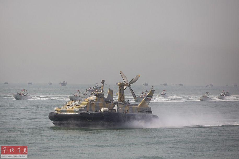 参加阅兵的伊朗海军气垫船与快艇编队同时通过阅兵区。