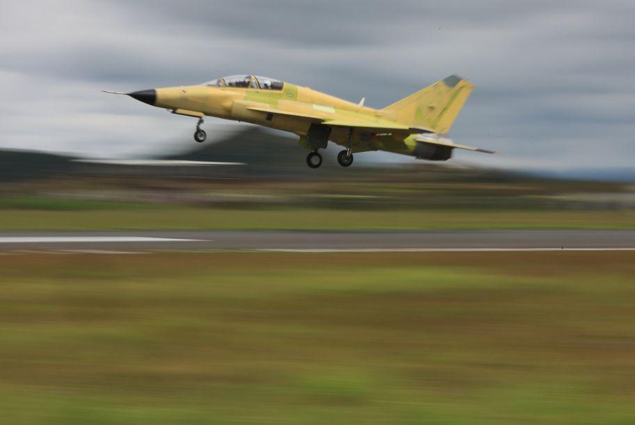 国产多用途飞机FTC-2000G在贵州安顺机场首飞成功