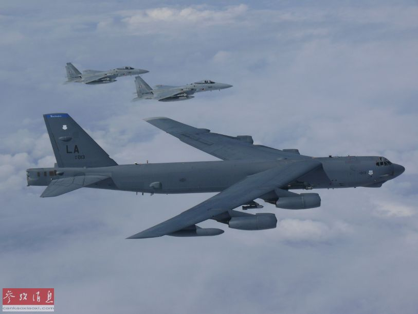 据日本《共同社》报道称,9月27日,美空军一架B-52H战略轰炸机与16架日本空自战机首次在东海及日本海上空进行联合训练,其中联合编队还首次飞越钓鱼岛附近空域,对中国挑衅意味十分明显。图为日本空自F-15J战机为美军B-52H轰炸机护航。26