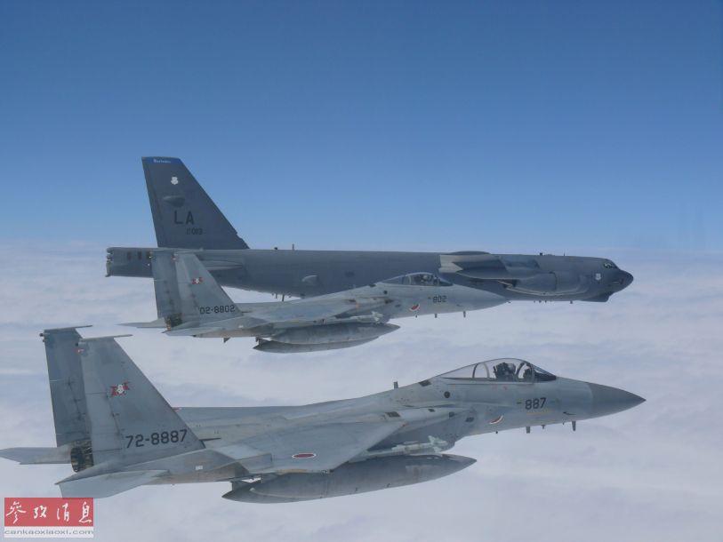 日本空自F-15J战机为美军B-52H护航特写图,可见F-15J翼下挂有日产AAM-3(又称90式)近程空空格斗弹。美军这架B-52H垂尾上标有LA代码,表示该机驻地位于美国路易斯安那州的巴克斯戴尔空军基地。