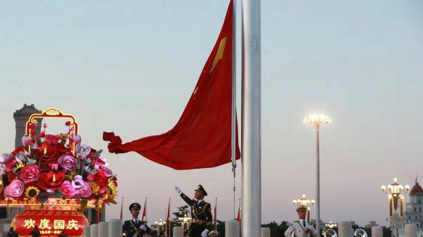 外媒称中国69年发展成就令人惊叹:8亿人脱贫 国际地位提升