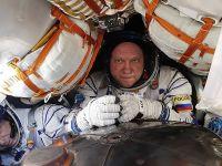 """俄美宇航员搭乘""""联盟MS-08""""飞船返回地球"""