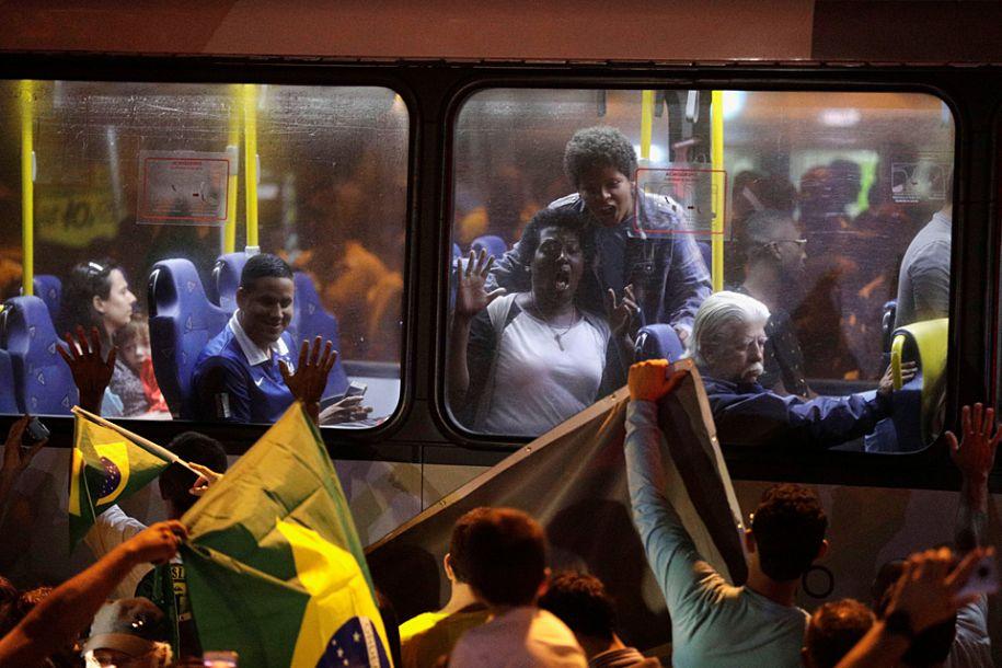 报道称,在已开出的52%选票中,博尔索纳罗赢得49%有效票,遥遥领先前圣保罗市长费尔南多·阿达和劳工党候选人西罗·戈梅斯。阿达和戈梅斯目前得票率分别是26%和12%。图为支持者欢呼庆祝。(法新社)