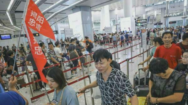 """海外媒体:中国""""黄金周""""交通安全有序 高铁效应带热香港游"""