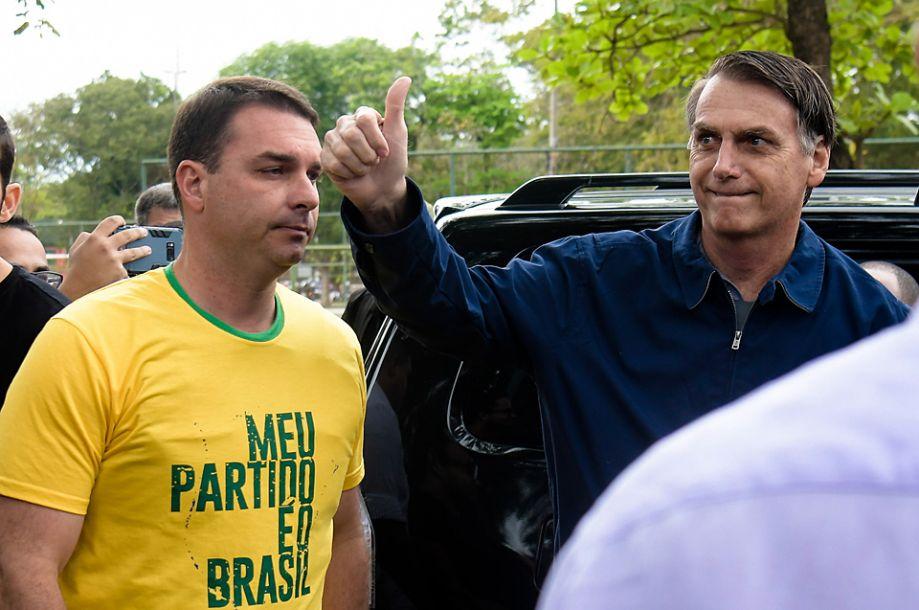 据台湾联合新闻网10月8日报道,巴西总统选举投票当地时间10月7日8时开始。投票于当地时间17时结束。根据巴西总统选举官方最新开票结果,极右派总统候选人海尔·博尔索纳罗取得领先。(新华社/圣保罗通讯社)20
