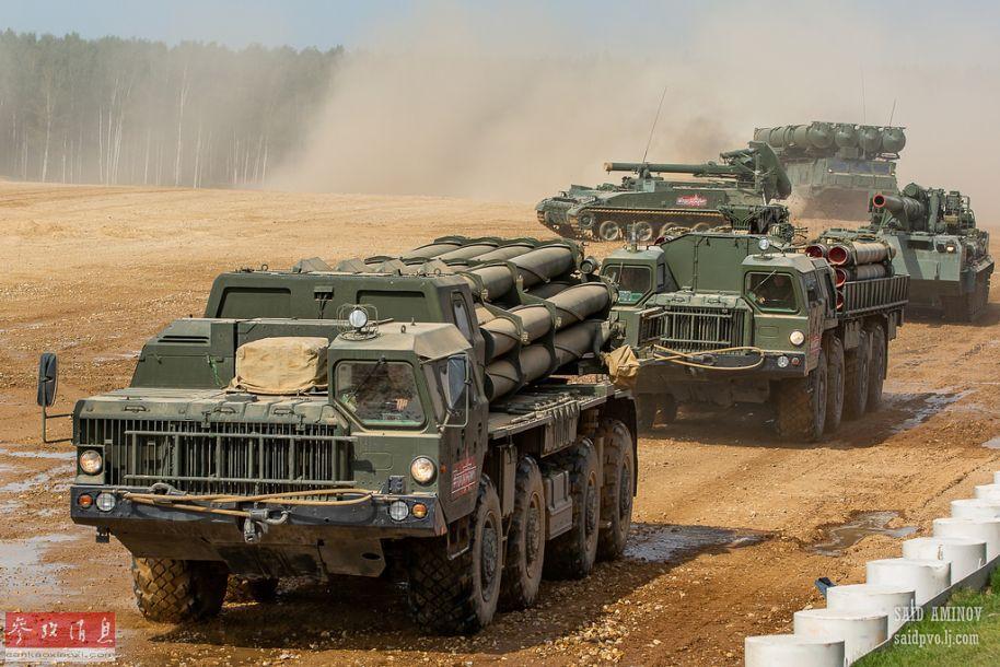 """近日,在俄罗斯举行的""""陆军-2018""""防务展的最后一天,包括2S4重型自行迫击炮、2S7重型自行榴弹炮等多种""""大杀器""""参加了当天的地面机动展示环节,其中多种火炮具备发射核炮弹能力,颇有威慑美军的节奏。图中由近至远依次为:""""龙卷风""""300毫米远火、""""龙卷风""""远火弹药装填车、2S7自行榴弹炮、2S4自行迫击炮及S-300V远程防空导弹发和车。17"""