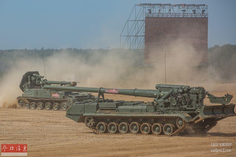 """2S4""""郁金香""""240毫米重型自行迫击炮(左)与2S7""""牡丹花""""203毫米重型自行榴弹炮(右)同台表演,较为少见。"""