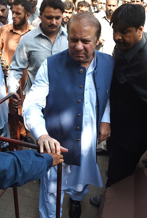 巴基斯坦前总理谢里夫叛国案开审 支持者包围法庭