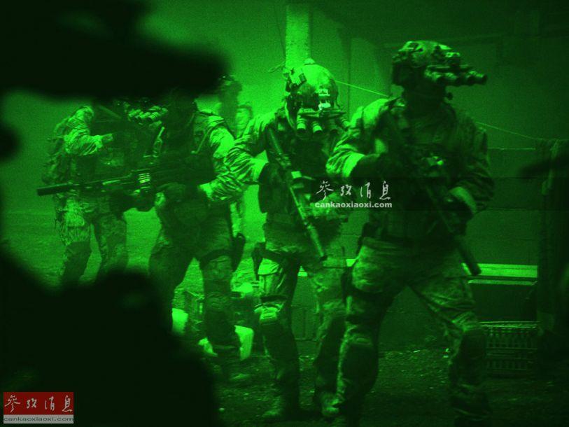 """看过电影《猎杀本拉登》的军迷,应该对片中美军""""海豹六队""""使用的""""四眼""""夜视仪印象深刻,酷似外星人,实际这种夜视仪的正式名称为GPNVG-18全景夜视仪。图为电影中,佩戴GPNVG-18全景夜视仪的""""海豹六队""""特战队员准备突入拉登所在建筑。11"""