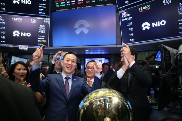 9月12日,在美国纽约证券交易所,蔚来汽车创始人、董事长李斌(前左)庆祝蔚来汽车完成第一笔股票交易。