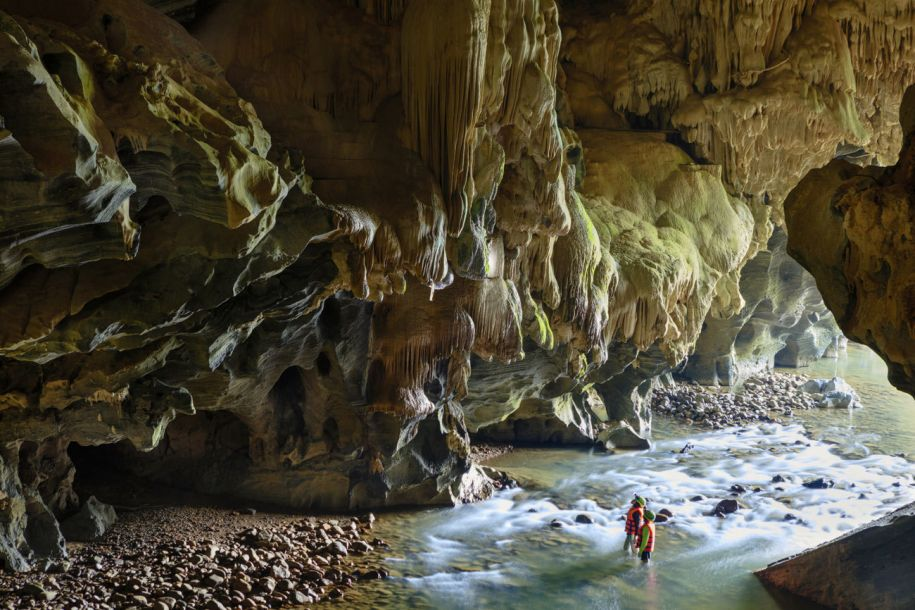 探索地球上最独特的洞穴 中国天坑上榜