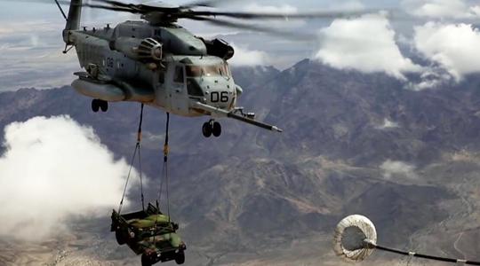 刀尖起舞!美直升机吊运悍马还空中加油