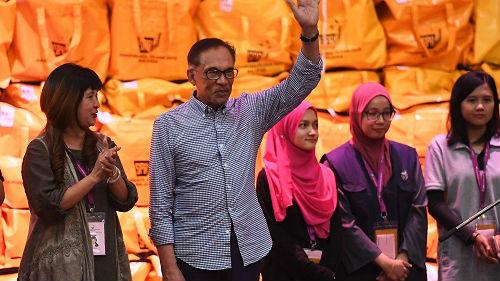 安瓦尔重返马来西亚政坛 马哈蒂尔承诺两年后为安瓦尔让路