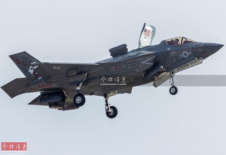 """对美海军陆战队的年度盛会来说,F-35B""""闪电II""""隐身短垂战机已成为了""""台柱""""级的存在。今年在航展上献艺的是来自亚利桑那州尤玛基地的VMFA-122舰载战斗攻击机中队,绰号""""飞行皮领""""(Flying Leathernecks,后者为陆战队员的绰号),旧称为""""狼人""""。图中可见处于短垂起降状态的F-35B,升力风扇上还有美国国旗标志。"""