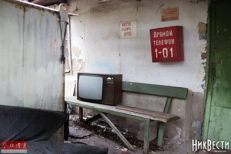 破敗廠房的一角,還能看到一臺老式電視機。