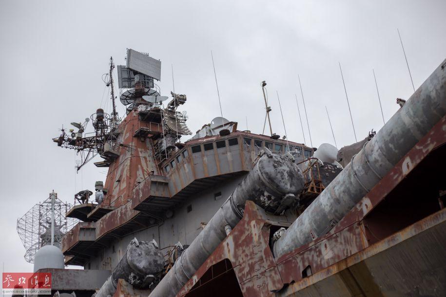 """尼古拉耶夫造船廠,又稱黑海造船廠,是蘇聯時期的第五大造船廠,也是唯一的具備總裝航母能力的造船廠,包括""""庫茲涅佐夫海軍上將""""號和""""瓦良格""""號(遼寧艦前身)航母都出自該廠。圖為仍遺留在造船廠內的光榮級導彈巡洋艦4號艦""""烏克蘭""""號特寫照,由于長時間缺乏維護,該艦已處于報廢狀態。"""