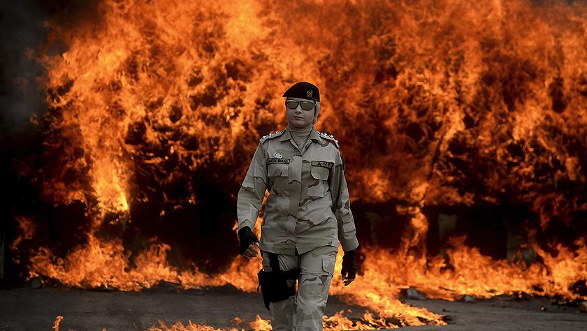 巴基斯坦缉毒人员焚烧销毁毒品