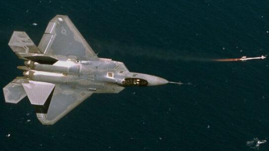 可向后攻擊尾追敵機!F-22隱身戰機將配備新型空空導彈
