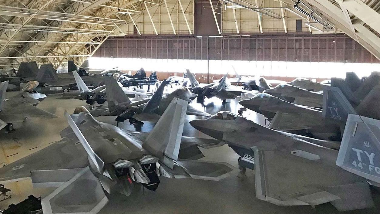 美军高官视察受灾F-22基地 称飓风损害小于预期