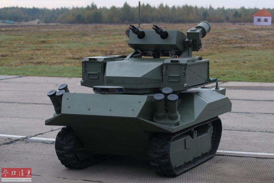近日,俄媒在網上公開了一段俄軍最新研發的無人戰車視頻,可見車上配備有2門四管YakB型12.7毫米加特林機槍。17