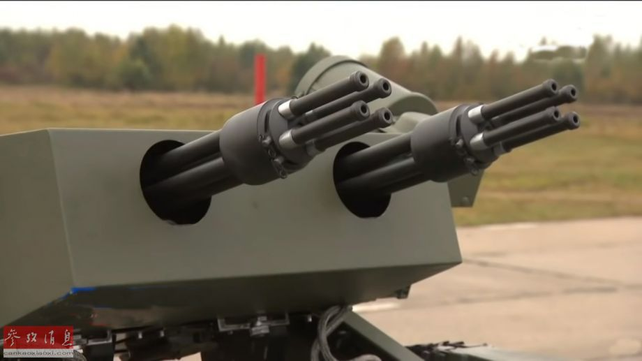 圖為新型無人戰車的主武器特寫,2門并列布置的YakB型12.7毫米四管加特林機槍,每門射速可達每分5000發,2門齊射可達每分1萬發,可有效殺傷包括敵軍步兵群、輕型裝甲車以及直升機在內的多種目標。