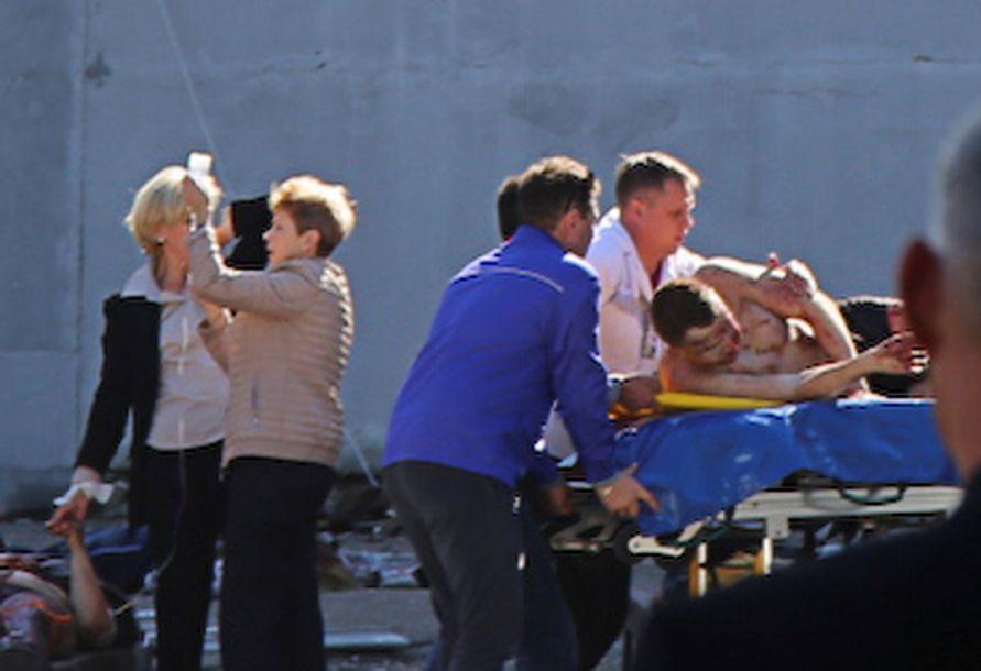 報道稱,10月17日,俄聯邦偵查委員會當日改稱克里米亞一所學院內的致命襲擊是一起屠殺,而不是恐怖主義事件,并指18歲學生弗拉季斯拉夫·羅斯利亞科夫是主要嫌犯。(圖片來源:路透社)