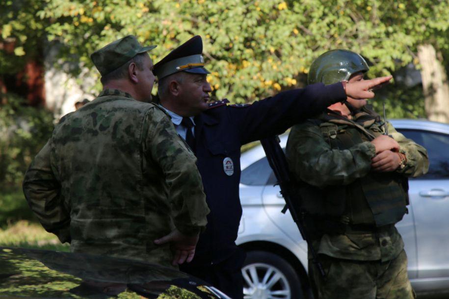 據路透社10月17日報道,俄羅斯總統普京17日稱,調查人員正試圖查明克里米亞刻赤市一所學院發生的致命襲擊的動機。官員稱,至少一名襲擊者17日在這所學院的食堂引爆了炸彈,并在里面隨意開槍,已造成至少19人死亡,數十人受傷。圖為安全人員聚集在克里米亞刻赤市的遇襲校園現場。(圖片來源:路透社)20