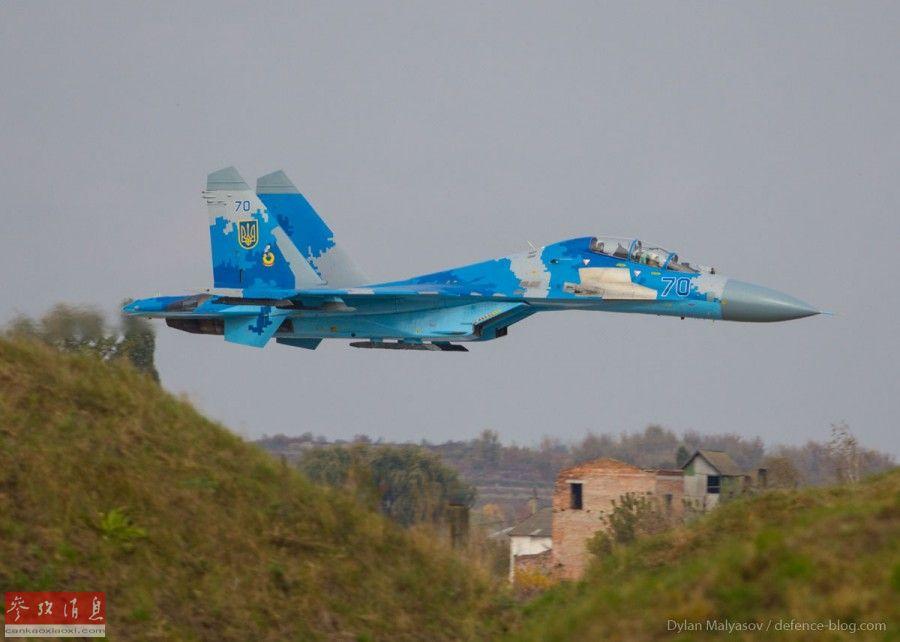 """據烏克蘭國防部發布的消息稱,當地時間10月16日下午5點左右,烏克蘭空軍一架參加""""晴空-2018""""跨國空軍演習的蘇-27UB(雙座型)戰斗機在烏克蘭貝迪切夫和溫尼茨地區之間的烏蘭特村附近墜毀,機上兩人全部喪生,其中包括一名烏克蘭飛行員和戰機后座的一名美空中國民警衛隊飛行員。圖為此次墜毀的編號為70的蘇-27UB資料照片。14"""