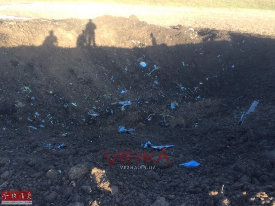 圖為編號70的蘇-27UB戰機墜毀現場,可見地上的大坑及戰機的殘骸碎片。